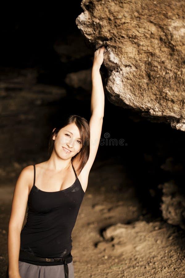 登山人女性摆在 免版税库存照片