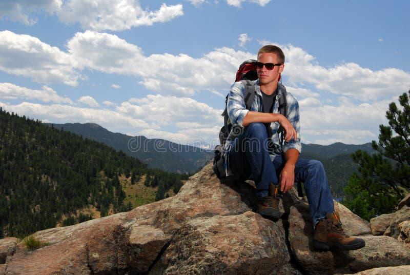 登山人山岩石顶层 库存图片