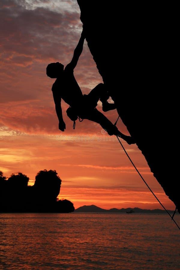 登山人岩石剪影 库存照片