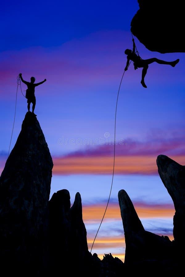 登山人岩石山顶小组 免版税图库摄影