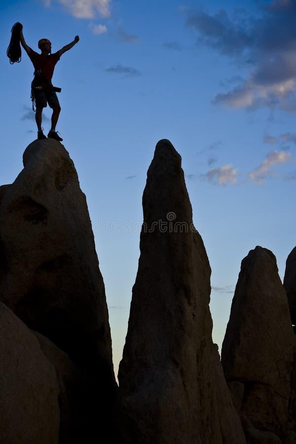 登山人岩石山顶 免版税图库摄影