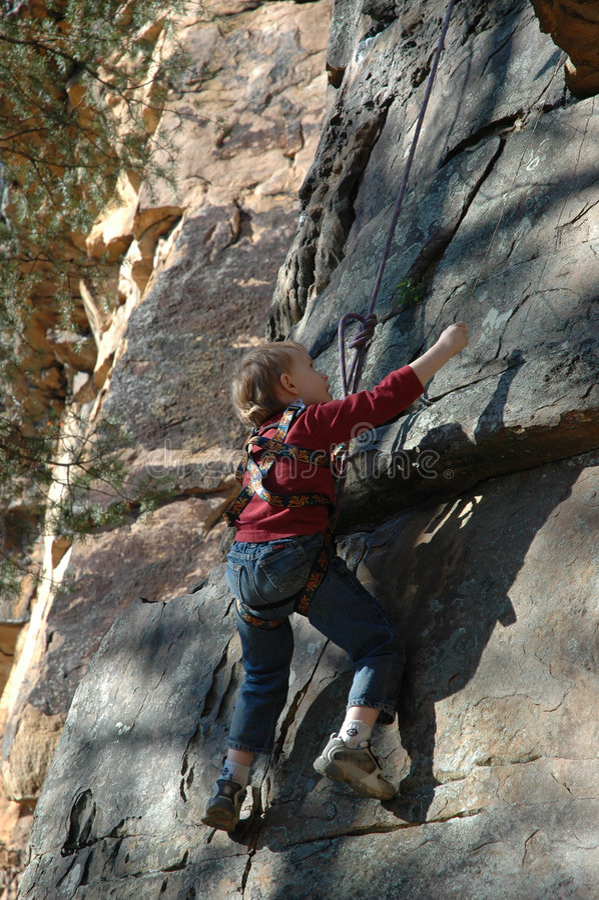 登山人岩石年轻人 免版税库存图片