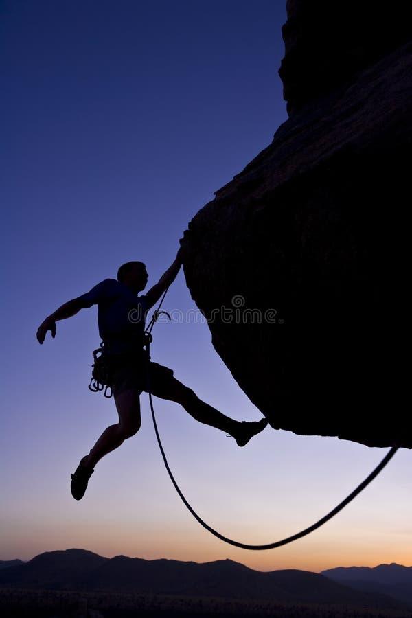 登山人摇晃的岩石 免版税库存照片