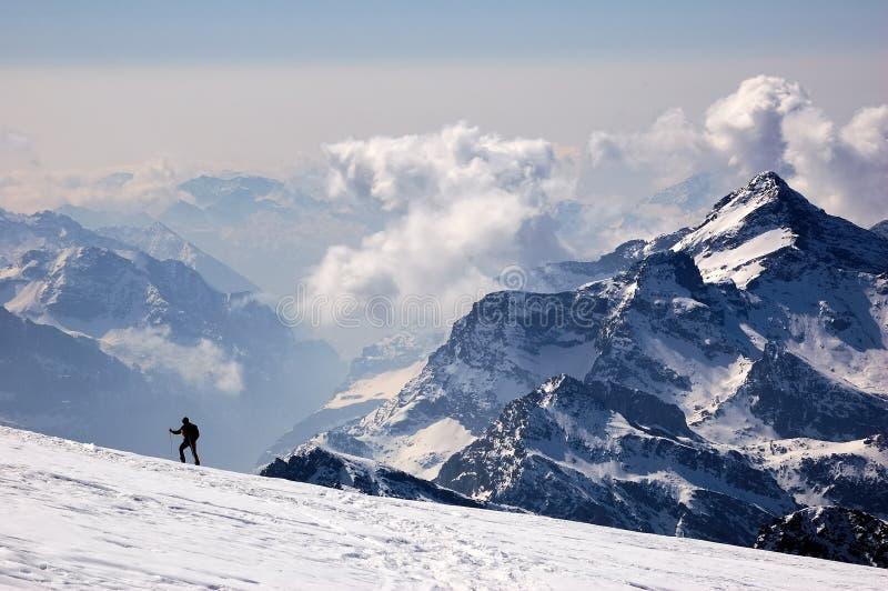 登山人横向山 免版税库存图片