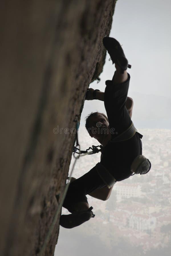 登山人跳准备好的岩石 库存照片