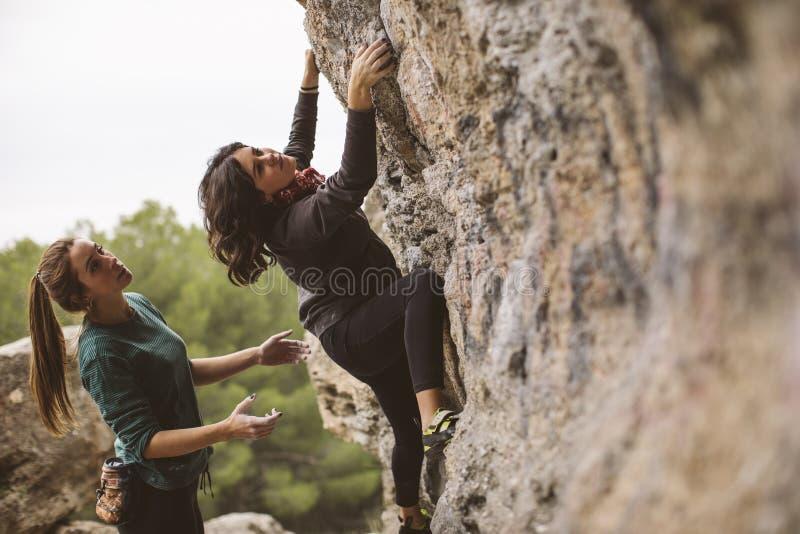 登山人配合  两个妇女登山人 免版税库存照片