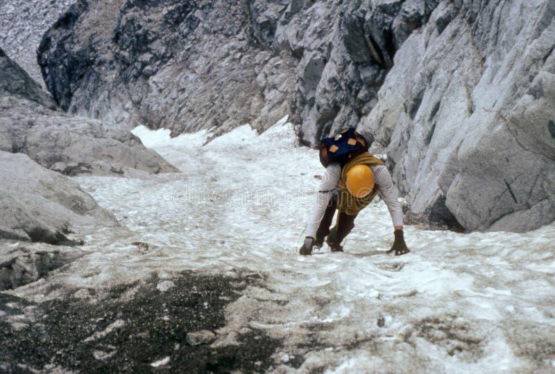 登山人陡峭couloir的冰 库存图片