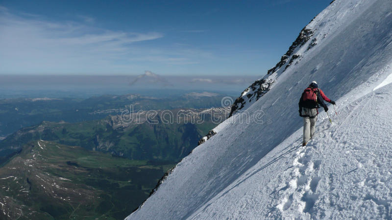 登山人高在芒什北部面孔 免版税库存图片