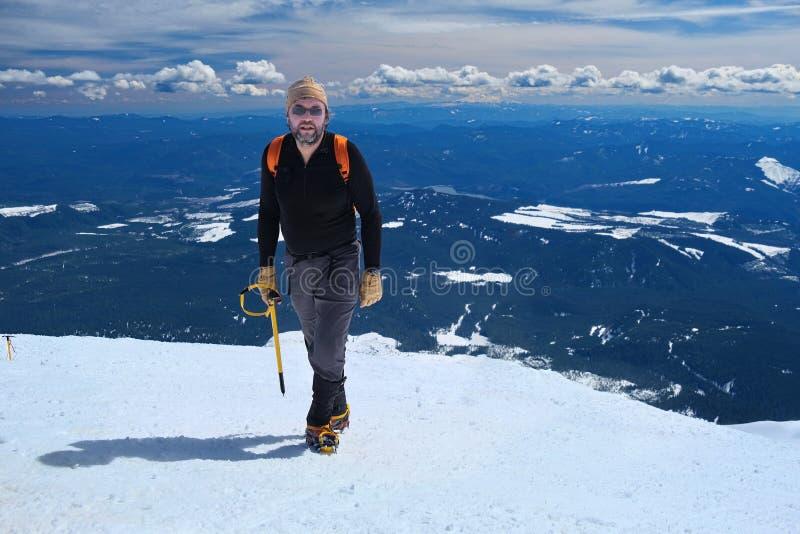 登山在华盛顿 在山上面的登山人有风景看法 免版税库存照片