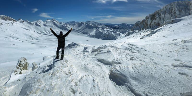 登山家人的山顶成功 图库摄影
