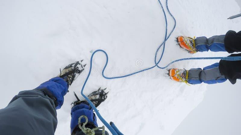 登山家到达山的上面 库存照片