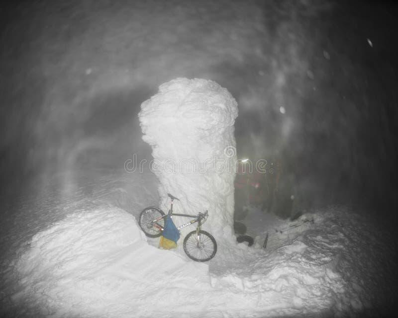 登山家和一辆自行车在Goverla的新年 库存照片