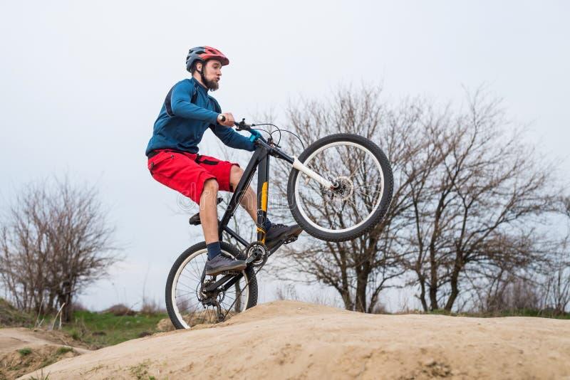 登山车的人执行一个肮脏的跃迁 有效的生活方式 免版税库存照片