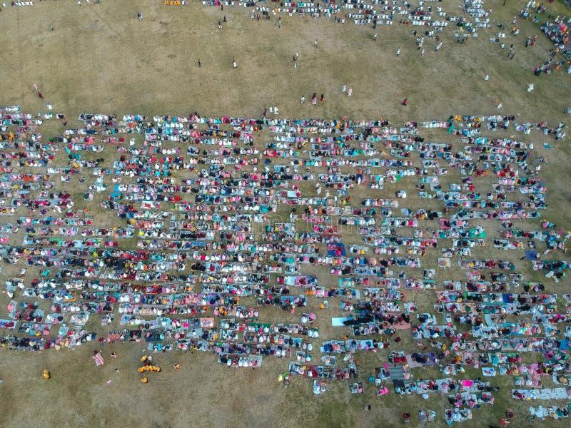 登巴萨,BALI/INDONESIA-JUNE 05 2019年:在2019年从Eid AlFitr祷告的空气的看法在Puputan勒农领域 Eid?? 库存图片