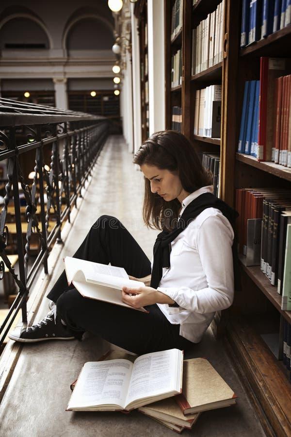 登记书架读取学员 库存照片