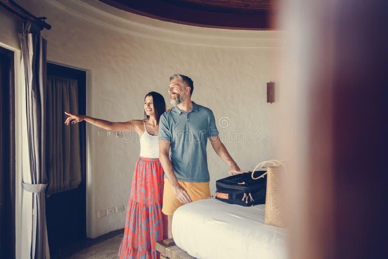 登记对旅馆客房的蜜月旅行者 免版税库存图片
