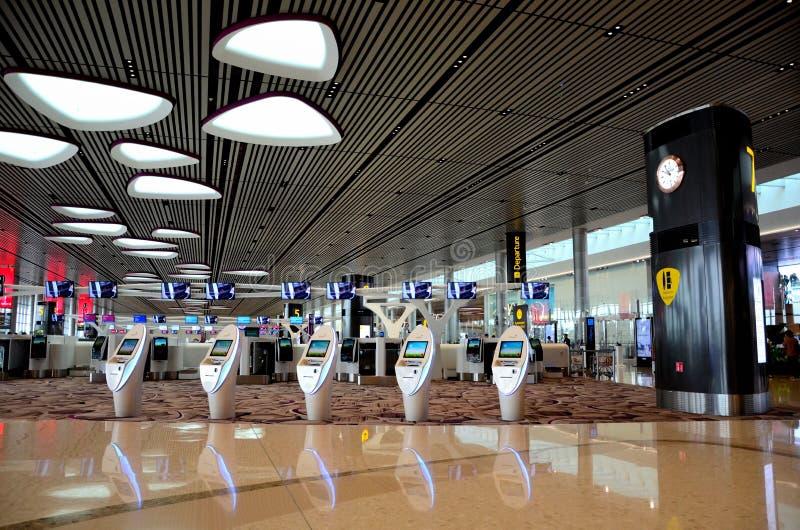 登记柜台和电子报亭离开休息室樟宜机场新加坡 免版税库存图片
