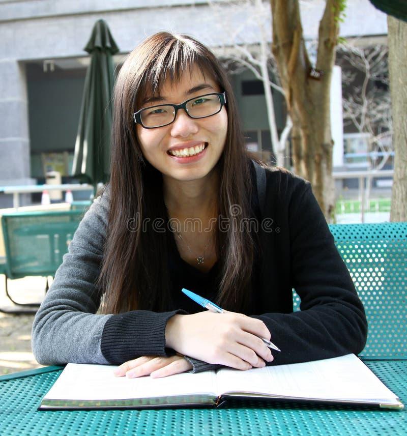 登记的中国女孩读取 免版税库存照片