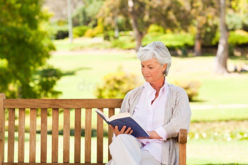 登记读取退休的妇女 免版税库存照片