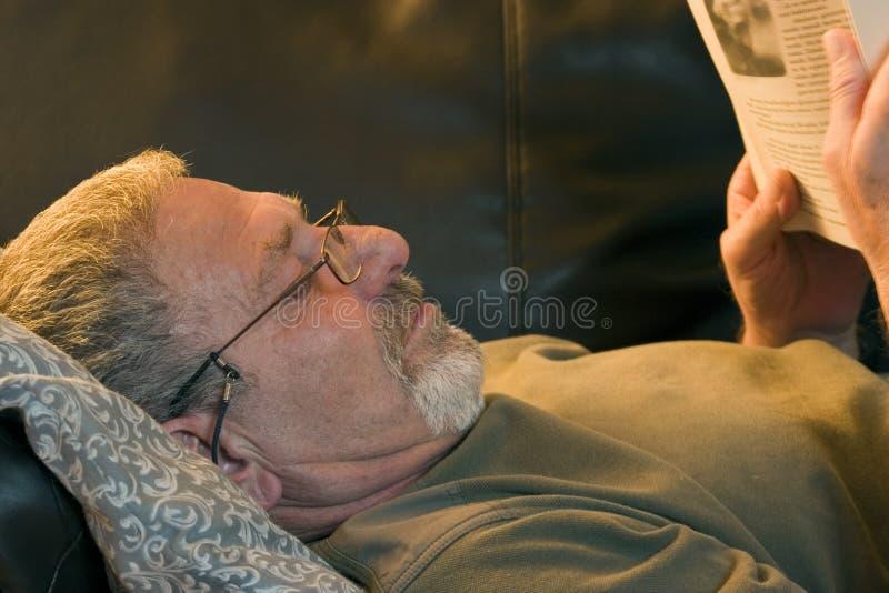 登记长沙发读取 免版税库存照片