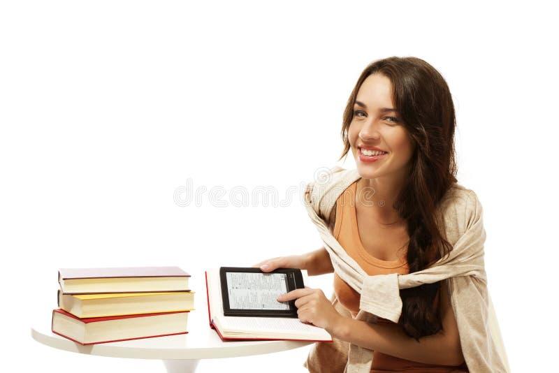 登记ebook愉快的妇女年轻人 免版税库存照片