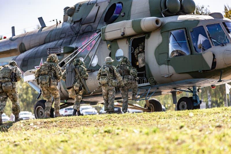 登陆在军用直升机和特种部队的战士进行一次军事示范 图库摄影