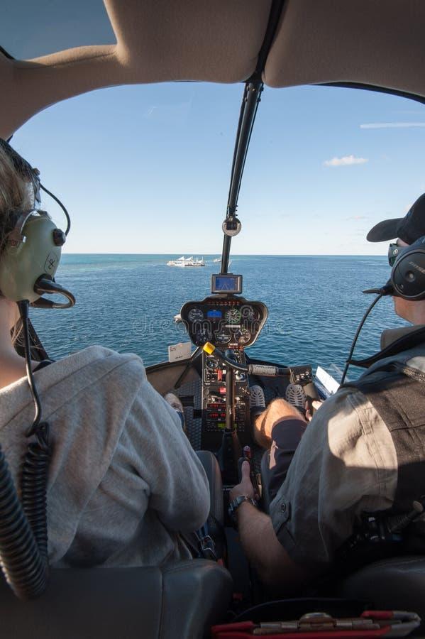 登陆在浮船的一架直升机在勾子礁石,大堡礁,Whitsunday海岛 ?? 免版税库存照片