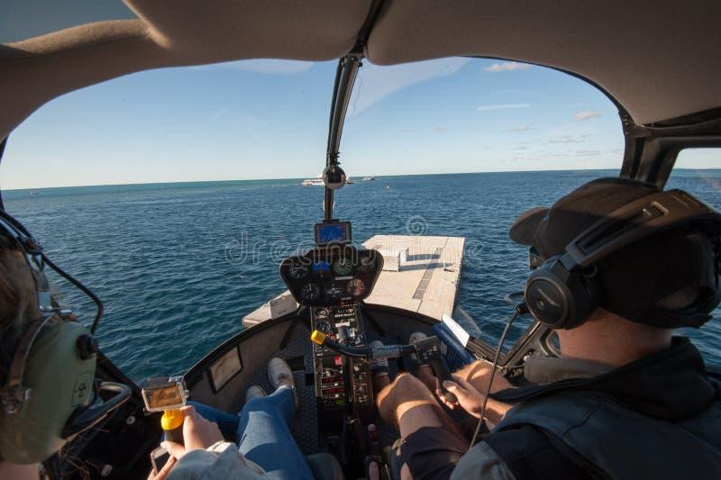 登陆在浮船的一架直升机在勾子礁石,Whitsunday海岛 免版税库存图片