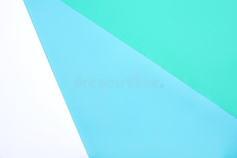 白、绿、蓝色柔和纸板的抽象几何背景 免版税库存图片