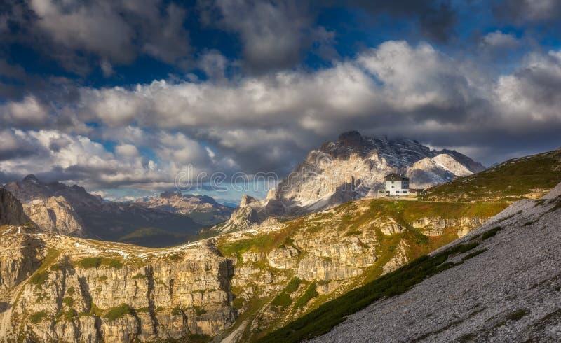 白云岩山的美好的山全景由Tre Cime d 免版税图库摄影