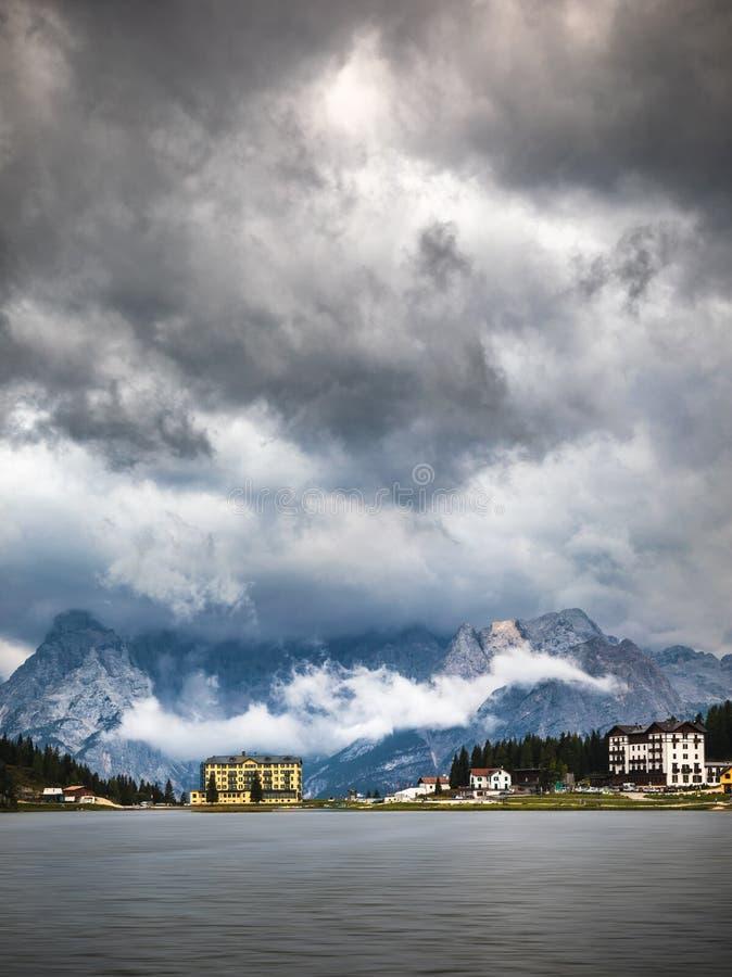 白云岩山的Misurina湖在Auronzo d附近的意大利 免版税图库摄影