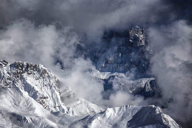 白云岩山,从passo圣佩莱格里诺的看法 库存照片