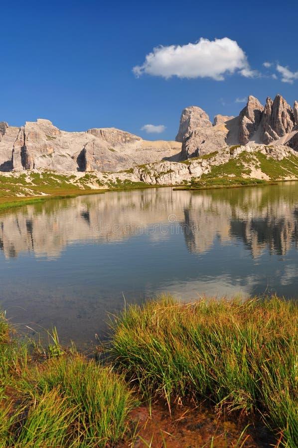 Download 白云岩湖山山 库存照片. 图片 包括有 岩石, 意大利, 蓝色, 池塘, 欧洲, 白云岩, 组塑, 风景 - 22351068