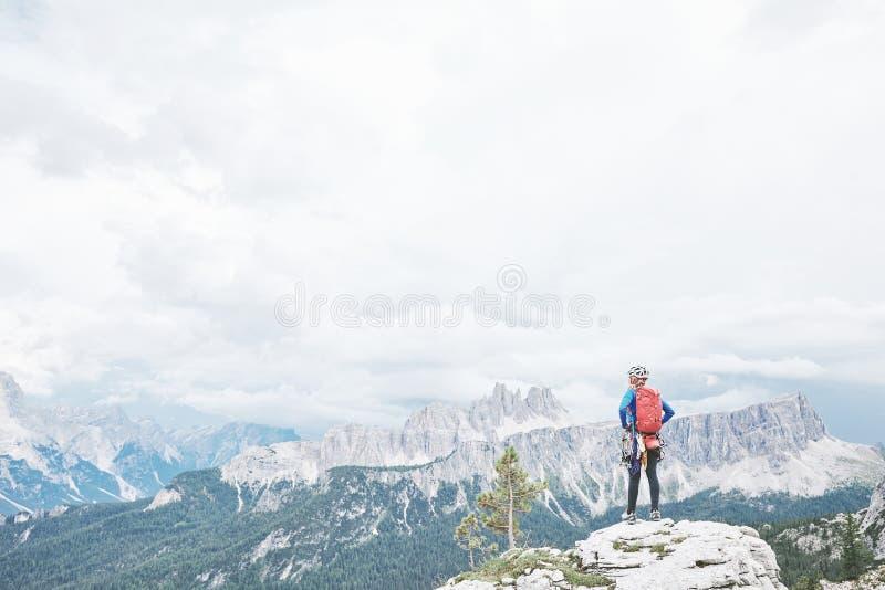 白云岩的攀岩运动员 免版税库存图片