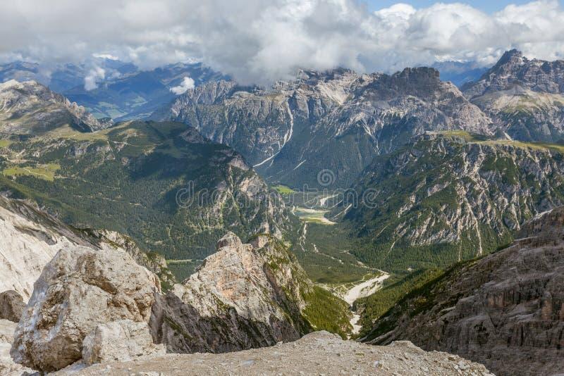 白云岩的美丽的景色在夏天 免版税库存照片