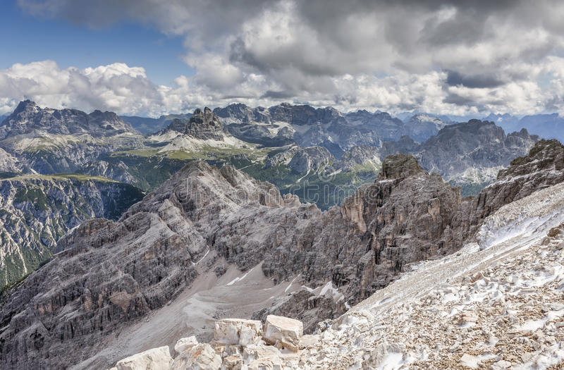 白云岩的美丽的景色在夏天 免版税图库摄影