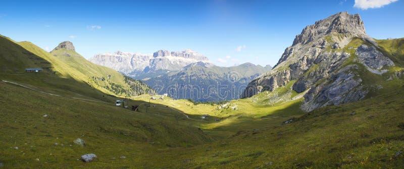 白云岩的美妙的看法-在背景塞利亚河山看法与无礼的话Pordoi和Soél意大利的 在的前景 库存照片
