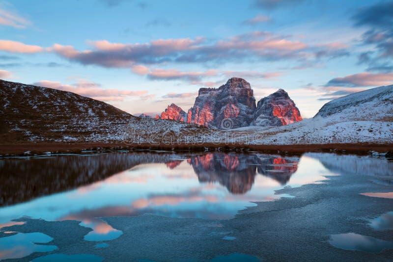 第一雪 白云岩阿尔卑斯第一雪华美的晴朗的看法  Monte Pelmo山脉五颜六色的冬天场面  Giau通行证 免版税库存图片