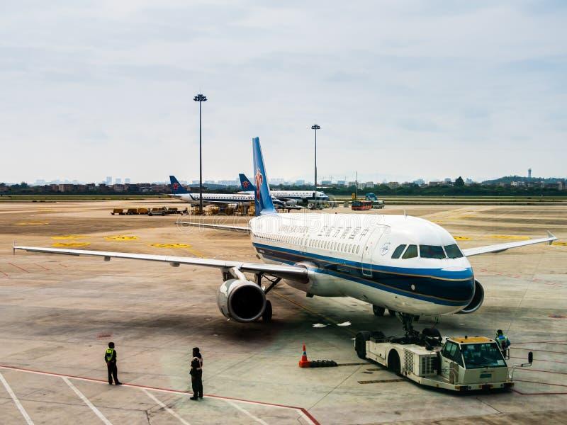 白云队,广州,中国- 2019年3月10日-一架中国南方航空股份有限公司飞机/飞机在柏油碎石地面在白云队机场 库存图片