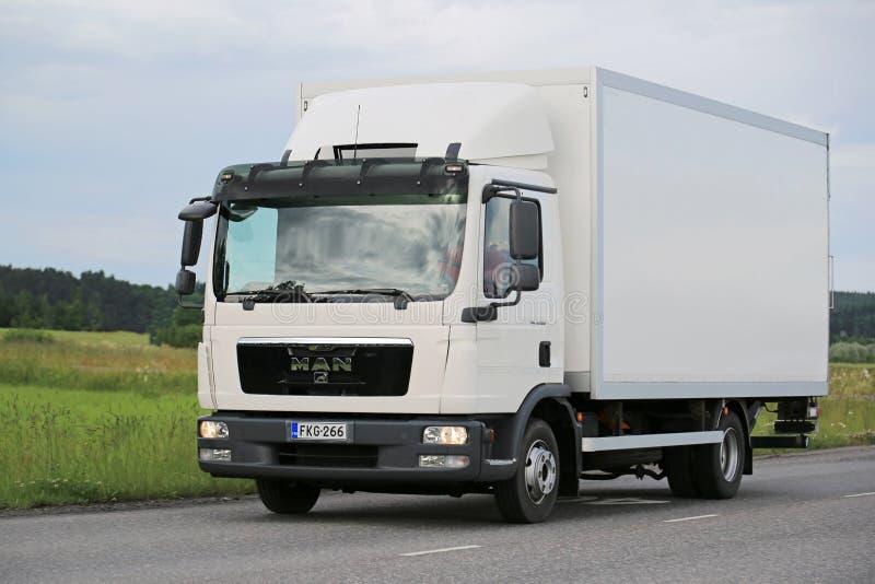 白人TGL在路的送货卡车 库存图片