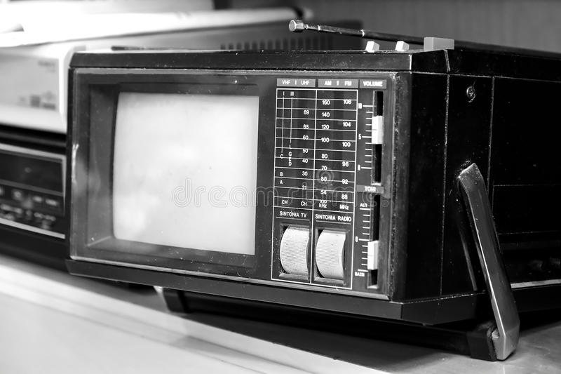 黑白便携式的电视老减速火箭的葡萄酒的背景 免版税库存图片