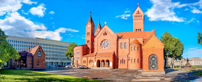白俄罗斯明斯克独立广场圣西蒙和海伦娜红教堂 免版税库存照片