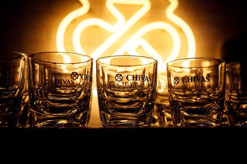 白俄罗斯明斯克 — 19 01 2019年:一排芝士威士忌酒杯 免版税库存图片