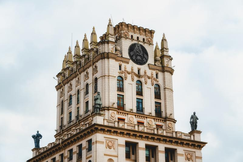 """白俄罗斯明斯克 这两栋楼中,有一座被称为""""明斯克之门""""的建筑 免版税库存照片"""