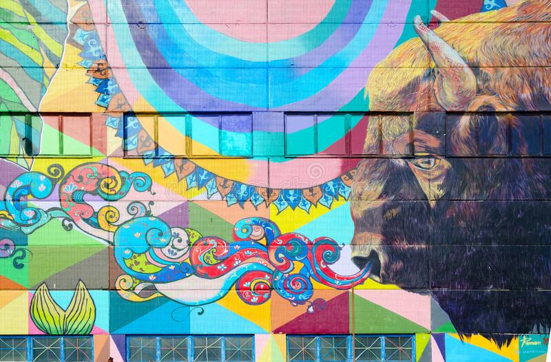 白俄罗斯明斯克Oktyabrskaya街街的街头艺术 工业建筑墙壁涂鸦的碎片 免版税库存图片