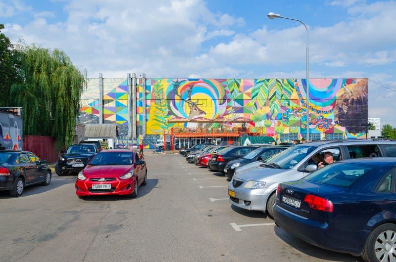 白俄罗斯明斯克Oktyabrskaya街街的街头艺术 巴西瓦利卡工业建筑墙壁涂鸦 免版税库存照片