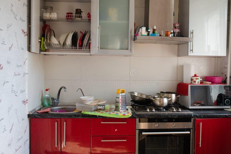 白俄罗斯米斯克06 12 2019有肮脏的盘的典型的小厨房和凌乱全景 免版税图库摄影