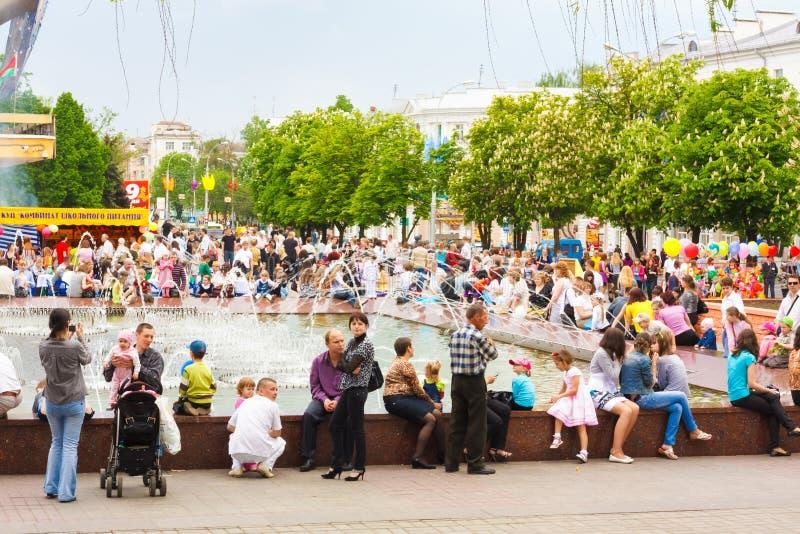 白俄罗斯语的人民临近喷泉 库存图片