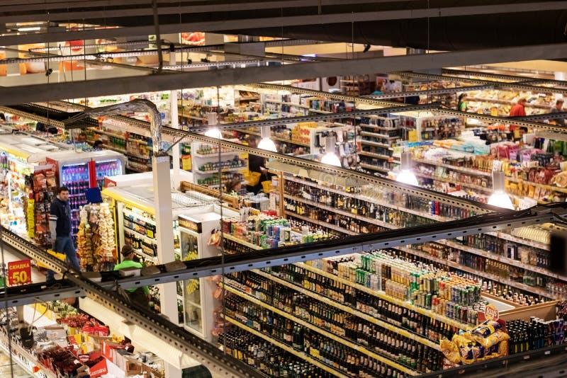 白俄罗斯,新波洛茨克- 2019年7月10日:超级市场顶视图的霍尔 免版税库存图片