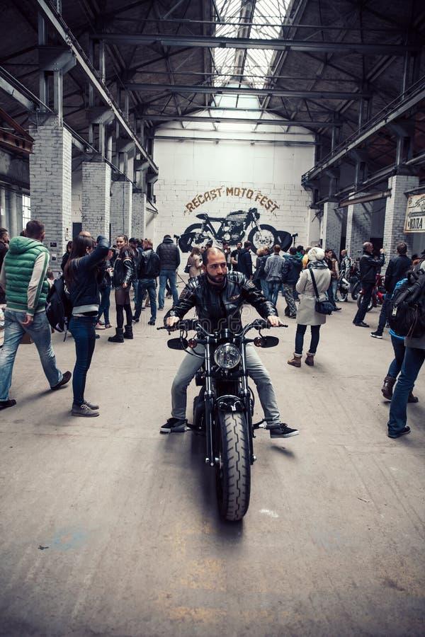 白俄罗斯,米斯克,可以17日2015年,Oktyabrskaya街道,骑自行车的人节日 人们和骑自行车的人摩托车展示的 库存照片